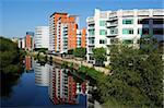 Bureau moderne et des immeubles d'habitation à côté de la rivière Aire centrale Leeds, West Yorkshire, Angleterre, Royaume-Uni, Europe