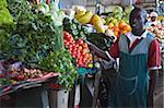 Obst und Gemüse-Anbieter in der Markthalle, Maputo, Mosambik, Afrika