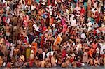Des milliers de fidèles convergent pour vous baigner dans le Gange à Navsamvatsar, une fête hindoue lors du festival de Maha Kumbh Mela, Haridwar, Uttarakhand, Inde, Asie