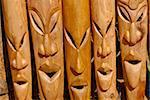 En bois sculpté de chefs pour vente, Nosy Be, Madagascar, Afrique