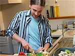 Hacher les légumes dans la cuisine de l'homme