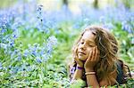 Fille pose en champ de fleurs