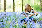 Jeune fille à la guitare dans le champ de fleurs