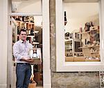 Marchand de vin avec caisse de vin dans la boutique