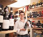 Marchand de vin avec bouteille de vin dans la boutique