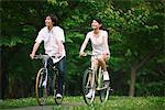 Couple hétérosexuel vélo ensemble dans un parc