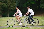Japonais Couple Riding vélos dans le parc