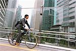 Homme d'affaires de trajet au travail sur le Cycle