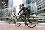 Gens d'affaires de trajet à vélo