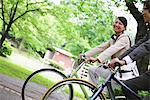Collègues circonscription vélos sur le chemin d'accès