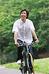Japonais homme cyclisme dans le parc