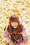 Japanische Frauen In Blätter sitzen