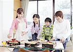 Parents et enfants mangeant fleur affichage boîte-repas