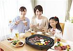 Eltern und Kinder essen japanische Grill