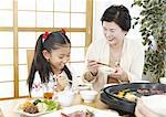 Grand-mère et petite-fille manger barbecue japonais