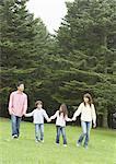 Main dans la main et la marche familiale