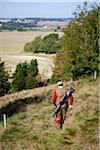 Au Royaume-Uni, dans le Wiltshire. Un homme fait son chemin vers le bas de la colline, après une fusillade.