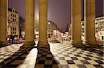 La région d'entrée de St. Pauls Cathedral à Londres pendant la nuit.