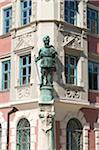 Statue auf der Fassade des Rathauses von Mindelheim, Allgäu, Bayern, Deutschland