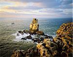 Nau dos reflexos et Carvoeiro Cap, au coucher du soleil, avec des bateaux de pêche d'aller pour travailler. À l'horizon, on peut voir les îles Berlengas, Portugal