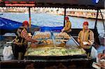 Restauration rapide style turc, vendeurs de maquereau sur le front de mer à Eminonu, Istanbul, Turquie