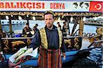 Restauration rapide style turc, vendeur de maquereau sur le front de mer à Eminonu, Istanbul, Turquie