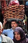 Vendeur de pain au quartier d'Eminonu. Istanbul, Turquie
