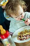 Kleinkind Mädchen Fütterung selbst