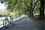 Vélo et Riverwalk à côté de la rivière Isar, Munich, Allemagne