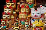 Agitant des statues de chats dans le marché chinois