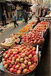 Fruits pour la vente au marché de rue, Shanghai, Chine