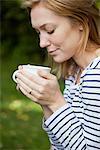Frauen riechen Kaffeetasse
