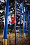 Femme grimper sur l'échelle