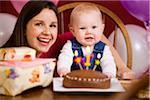 Mutter und Babymädchen am ersten Geburtstagsfeier
