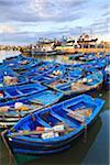 Flotte blau Fischerboote im Hafen von Essaouira, Marokko