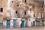 Mann zu Fuß vorbei an alten Häusern, Essaouira, Marokko