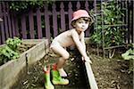 Enfant en bas âge jouer dans le jardin