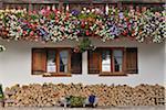 Géraniums et bois de chauffage en face de la maison, Barmsee, Fabrice, Haute-Bavière, Bavière, Allemagne