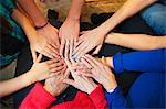 Mehrgenerationen weibliche Hände berühren