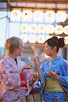 Femmes en Yukata appréciant Matsuri