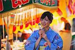 Jeune femme japonaise portant Yukata à Matsuri