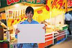 Femme portant le Yukata Holding tableau blanc