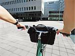Recadrée vue de femme d'affaires d'aller pour travailler en vélo