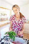 Femme de cuisson dans la cuisine