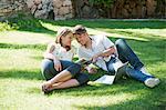 Couple détente ensemble dans l'herbe