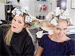 Femmes avec des cheveux emmêlés en rouleaux
