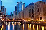 Image de quartier du centre-ville de Chicago au crépuscule.