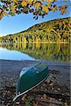 Canoë sur la rive, Niedernach, Walchensee, Bavière, Allemagne