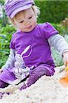 Fille jouant dans le sable
