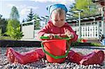 Fille jouant avec pelle et seau